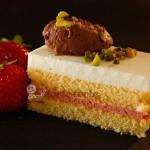 Erdbeer-Buttermilch-Schnitte mit Schoko-Mousse-Nockerl