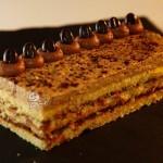 Schoko-Biskuit mit Trüffelcreme und Schokobohnen