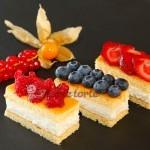 Topfenschnitte mit frischen Früchten